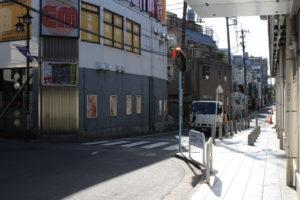 京王線八幡山駅改札を右の曲がった道