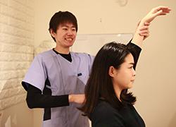 八幡山20代女性姿勢矯正施術風景